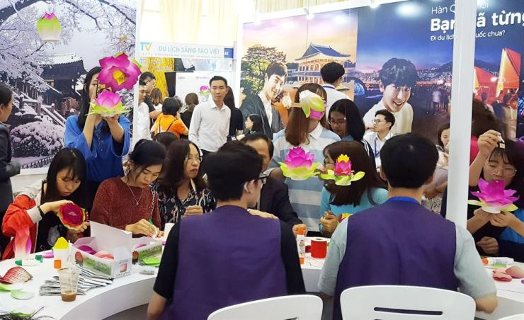 Vietnamese people make lotus lantern and Buddhist prayer beads during the International Travel Mart Hanoi 2019 in Vietnam. The travel fair was held from March 27 to 30.  Courtesy of Cultural Corps of Korean Buddhism