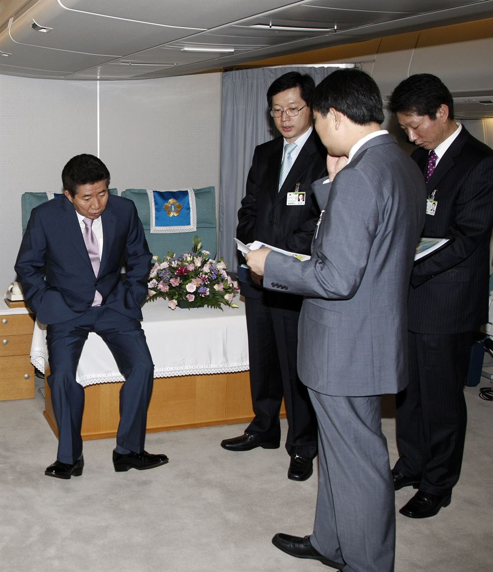 Former President Roh Moo-hyun reads documents at a hotel in Seattle, the United States, on his way to Guatemala for a state visit in July 2007. Yonhap