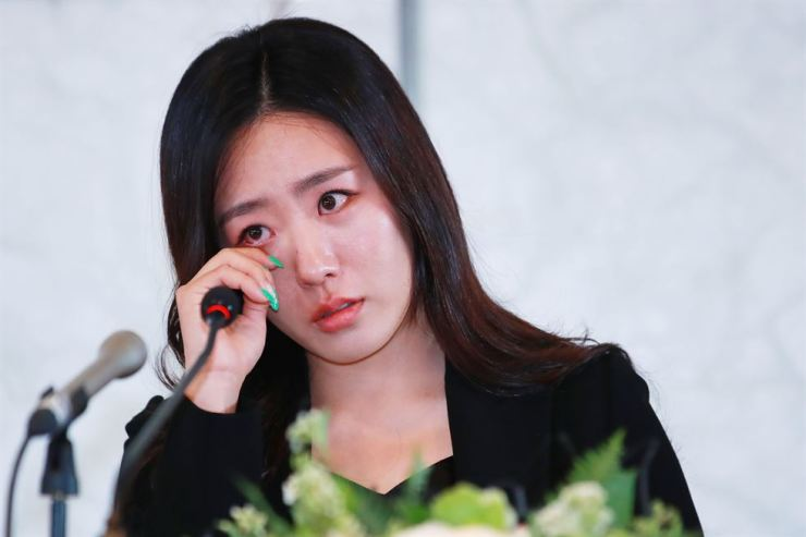 Two-time Olympic gold medalist Lee Sang-hwa wipes away tears as she announces her retirement from speedskating at The Plaza Hotel in Seoul, Thursday. / Yonhap