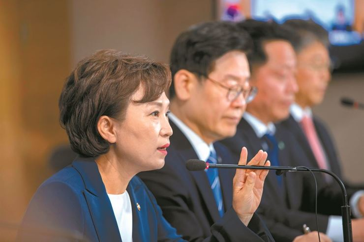 Land Minister Kim Hyun-mee, left, speaks at the government complex in Seoul, Tuesday, to announce plan to supply 110,000 new apartments in cities surrounding Seoul. In addition, the government announced two bed towns in Goyang and Bucheon in Gyeonggi Province. Gyeonggi Governor Lee Jae-myung, second from left, also attended the press conference. Korea Times photo by Shim Hyun-chul