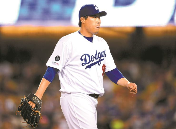 Ryu Hyun-jin of the Los Angeles Dodgers reacts as he leaves the mound after the third out of the sixth inning against the Atlanta Braves at Dodger Stadium in Los Angeles, Calif., Tuesday. AFP-Yonhap