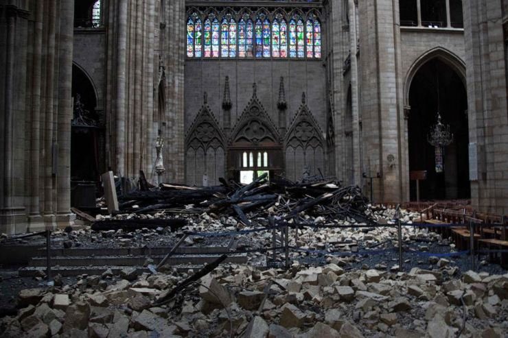 Debris is seen inside the Notre-Dame-de Paris Cathedral in this file photo taken April 16, a day after a fire that devastated the building in the center of the French capital. AFP-Yonhap