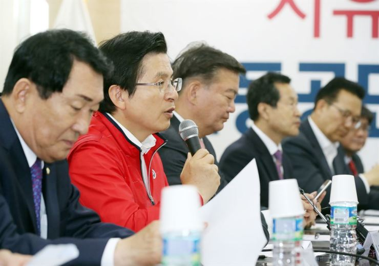 Liberty Korea Party Chairman Hwang Kyo-ahn speaks during a meeting with representatives of small- and medium-sized firms in Incheon, Tuesday. Yonhap