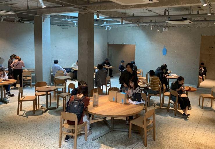 Inside Blue Bottle Coffee in Seongsu-dong, Seoul, May 8. Korea Times photos by Kwak Yeon-soo