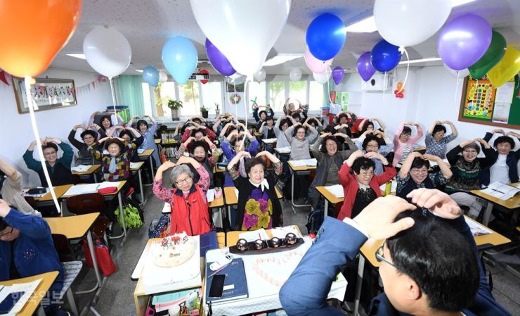 Students make hearts with their hands during a ceremony for Teachers' Day at Ilsung Female Middle-High School in Mapo, Seoul, Wednesday. Korea Times photo by Suh Jae-hoon