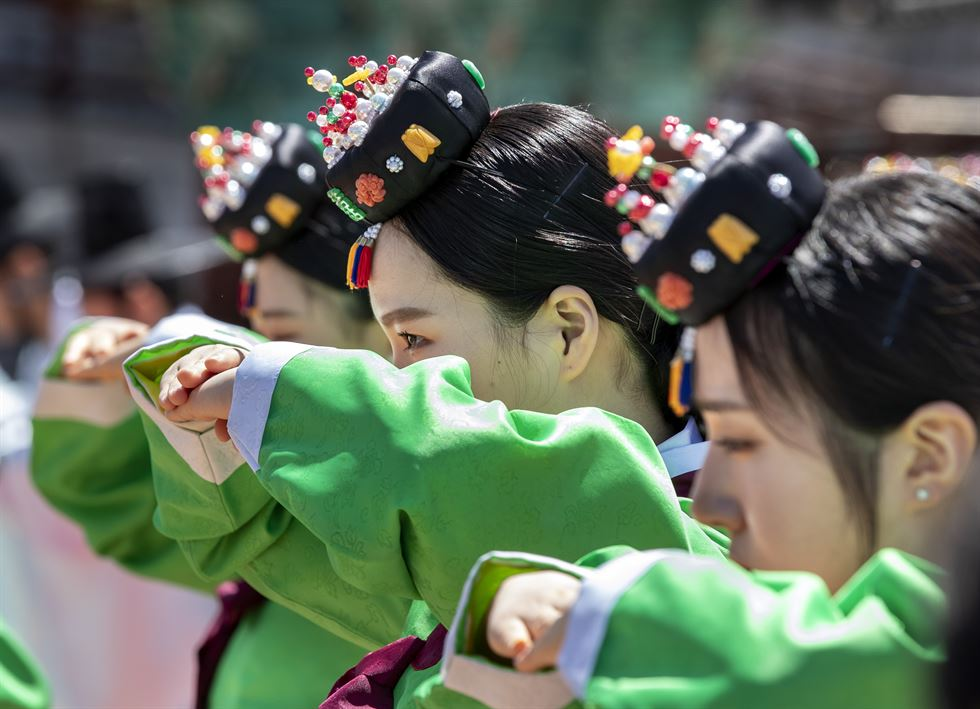 Nineteen-year-old Korean women wearing hanboks, the traditional Korean garments, participate in the Coming-of-Age Day ceremony at Namsangol Hanok Village in Seoul, Monday. Korea Times photos by Shim Hyun-chul