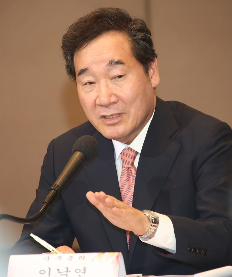 Prime Minister Lee Nak-yon speaks during a seminar held by the Korea News Editors' Association at the Press Center, Seoul, Wednesday. Yonhap