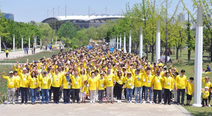 More than 6,000 participants of the 20th New Life Family Walkathon are working together to help the vulnerable around the world./ Courtesy of International WeLoveU Foundation