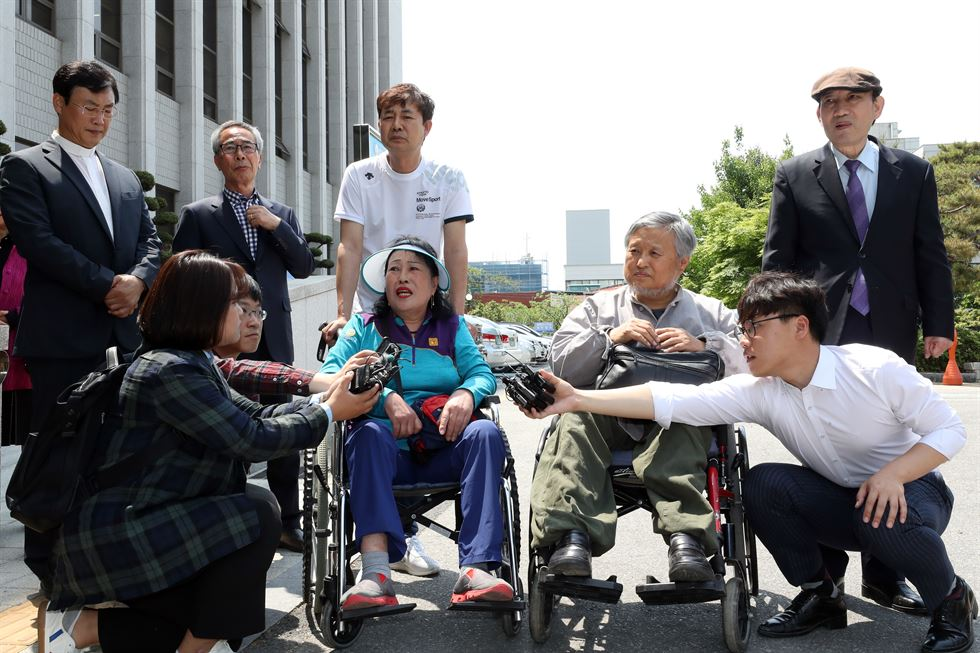 Cho Young-dae, a Catholic priest who is suing former dictator Chun Doo-hwan for libel in a case involving his uncle, the deceased Father Cho Bi-oh, speaks outside Gwangju District Court, Jan. 7. Chun called Father Cho Bi-oh, an eyewitness who testified about soldiers firing machine guns from military helicopters in the 1980 Gwangju Democratic Uprising, a 'liar' and 'Satan' in his 2017 memoir. Yonhap
