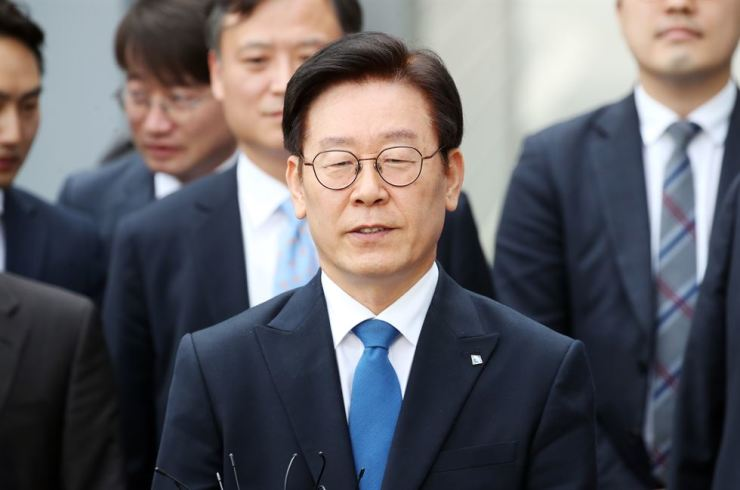 Gyeonggi Province Governor Lee Jae-myung leaves the Seongnam branch of Suwon District Court, Seongnam, Thursday, after being cleared of charges of power abuse and Election Law violations. / Yonhap