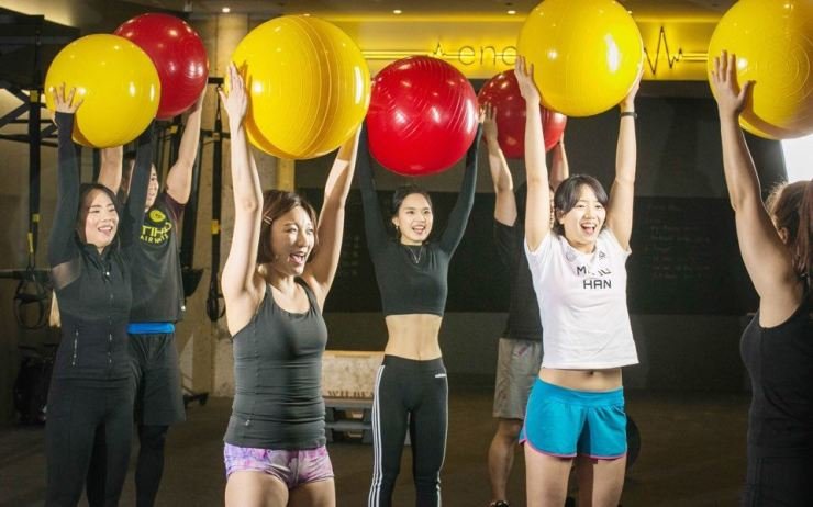 Fitness instructors demonstrate 'Energy Flow 1.0,' a new indoor workout program developed by Stadion, at a gym in Gwangmyeong, Gyeonggi Province, Thursday. The program is designed to boost physical and mental energy by stimulating movement. Stadion is giving one-month free coupons to 100 people on a first come, first served basis at its studio. For more information, contact sunny@emersonk.com / Courtesy of Emerson K Partners