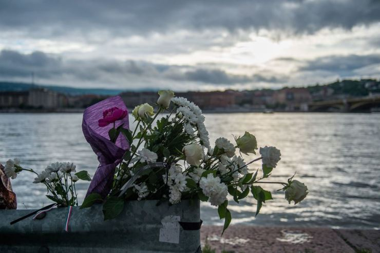 Flowers are placed on the riverbank to pay tribute to the victims of the capsized boat in Budapest, Hungary, 30 May 2019.  헝가리 부다페스트 다뉴브 강에서 침몰한 유람선의 희생자들을 애도하기 위한 꽃들이 강둑에 놓여있다.  /AP-Yonhap