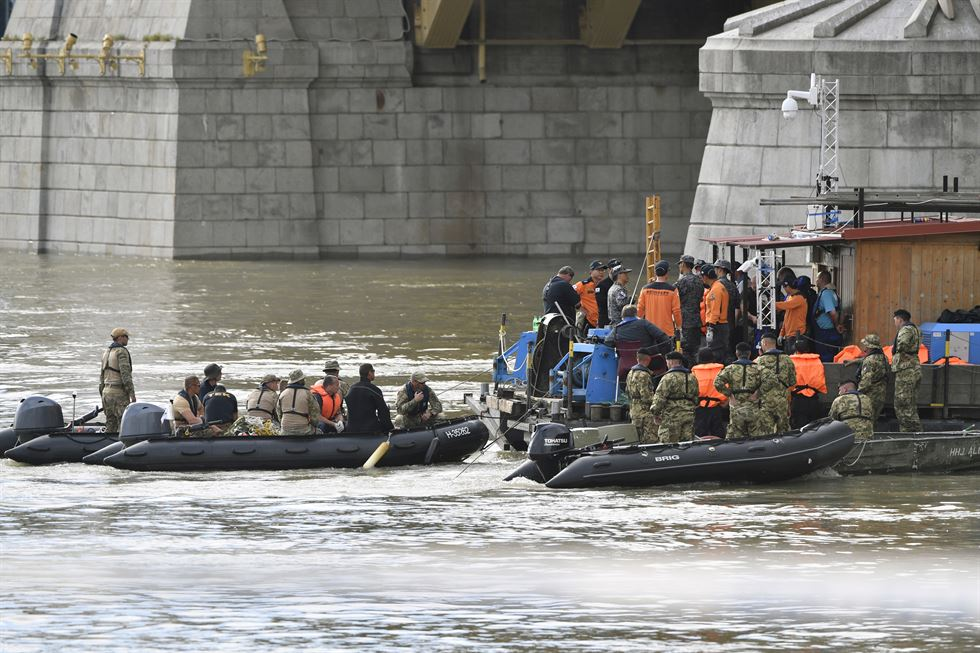 Members of the Hungarian and South Korean rescue teams work during the recovery operations at Margaret Bridge in Budapest, Hungary, June 3. EPA-Yonhap
