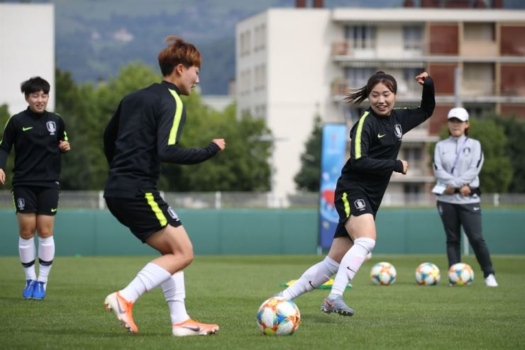 South Korean players train at Stade Benoit Frachon in Grenoble, France, on June 9, 2019, ahead of their second Group A match against Nigeria at the FIFA Women's World Cup. (Yonhap)