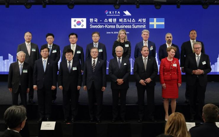 South Korean President Moon Jae-in, King Carl XVI Gustaf, Prime Minister Stefan Lofven and other participants of the South Korea-Sweden Business Summit at At Six, a Stockholm hotel, June 14. Yonhap