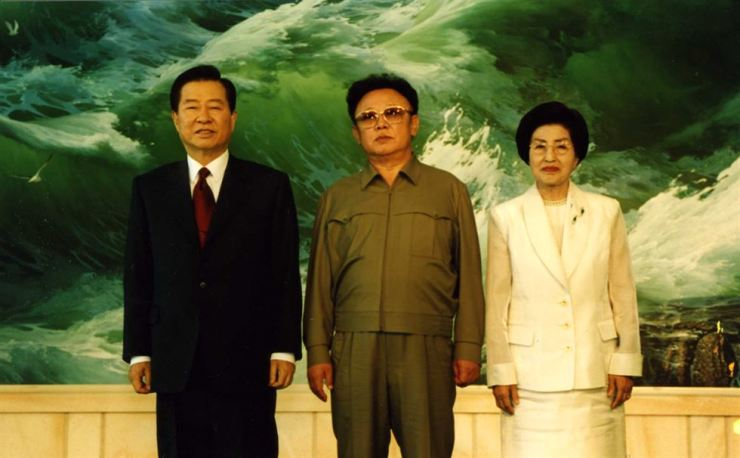 First lady Lee Hee-ho, right, President Kim Dae-jung and North Korean leader Kim Jong-il takHe pose for a photo at the Paekhwawon State Guest House in Pyongyang, North Korea, in this June 13, 2000. Korea Times file