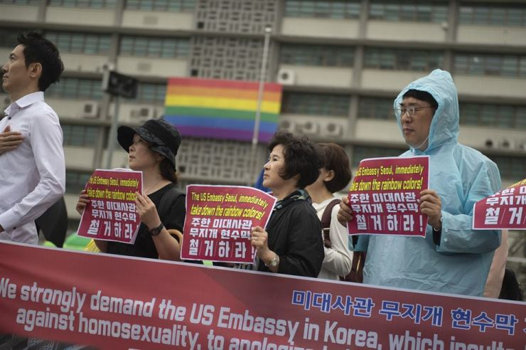 Members of Christian groups protest against the U.S. Embassy's practice of flying the rainbow flag. Korea Times photo by Choi Won-suk
