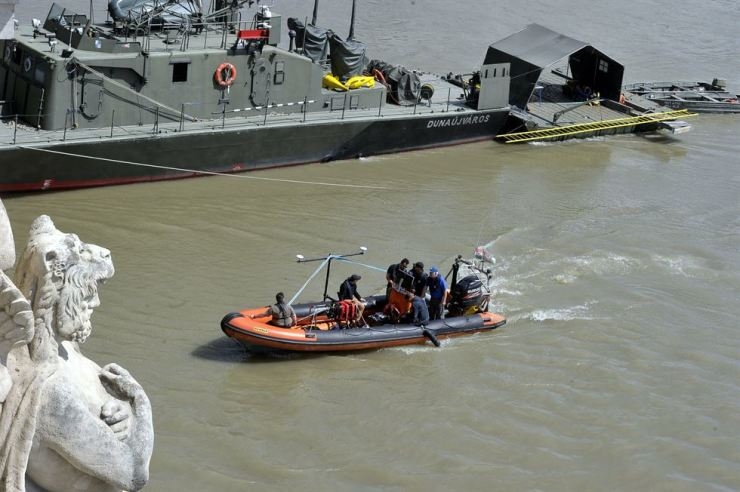 A search team uses a sonar to search the Danube River at Margaret Bridge in Budapest, Hungary, Saturday. On Wednesday, a large cruise ship and a sightseeing ship, carrying 33 South Koreans and two Hungarians, collided on the river. Seven South Koreans were rescued and 21 are still missing. AP-Yonhap