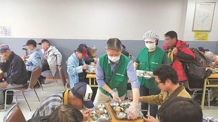Pastor Park Jong-hwan, founder of Nanumi Korea Incorporated Association serves free meals to homeless people. Courtesy of Nanumi Korea