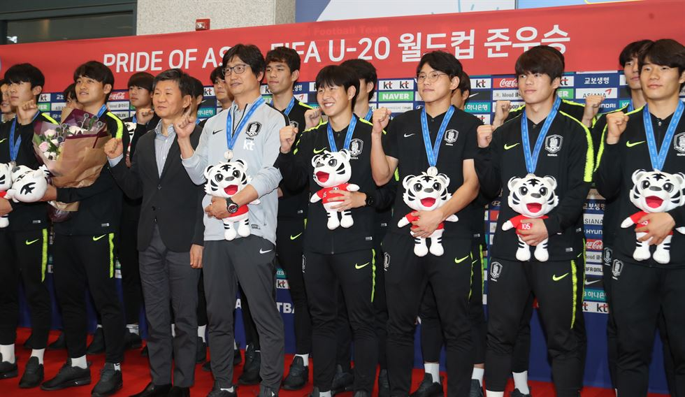 Goalkeeper Lee Gwang-yeon, left, and midfielder Lee Kang-in, who played for South Korea in the FIFA U-20 World Cup Poland 2019, arrive at the Incheon International Airport, Monday. Yonhap
