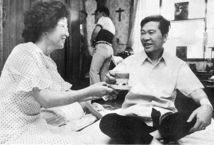 Former President Kim Dae-jung and his wife Lee Hee-ho talk to each other in their house in this Aug. 12, 1993, file photo. Yonhap