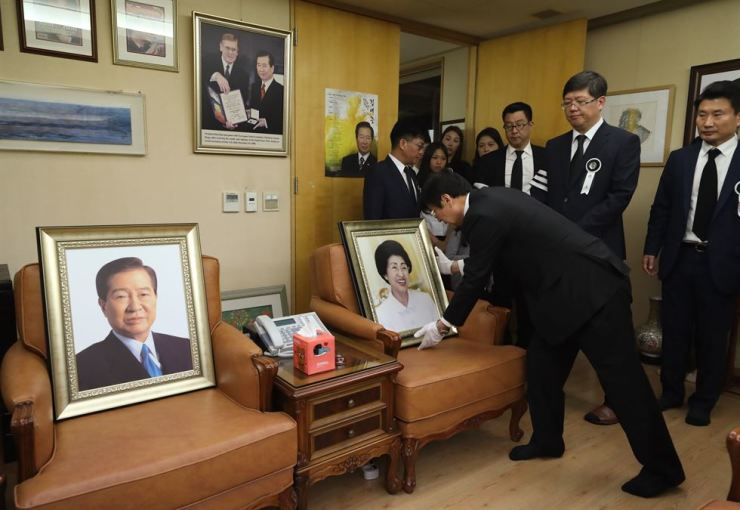 The late former first lady Lee Hee-ho's portrait is placed next to that of the former Korean President Kim Dae-jung in a reception room of the late Lee's home in Donggyo-dong in Seoul's Mapo District, Friday. Yonhap