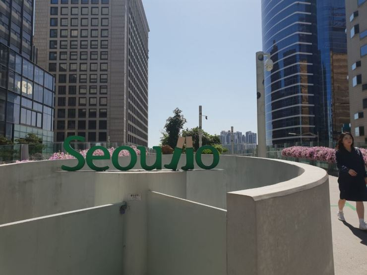 Entrance to Seoullo 7017 from Namdaemun /Korea Times file