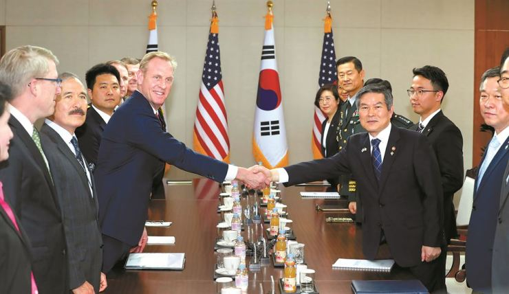 Defense Minister Jeong Kyeong-doo shakes hands with acting U.S. Defense Secretary Patrick Shanahan at the beginning of the ROK-U.S. bilateral defense talks held at the ministry compound in Yongsan, Seoul, Monday. The transfer of wartime operational control (OPCON) and the relocation of the ROK-US Combined Forces Command (CFC) topped the meeting's agenda. Yonhap
