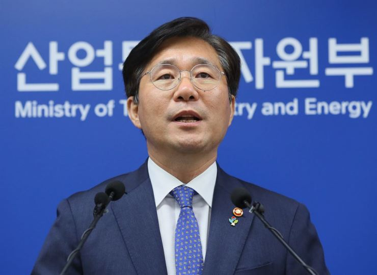 Trade, Industry and Energy Minister Sung Yun-mo speaks during a press briefing to announce that the consortium of Korea Hydro & Nuclear Power (KNHP) and KEPCO Plant Service & Engineering (KPS) signed a five-year long-term maintenance service deal with Nawa Energy Company in the UAE. Yonhap