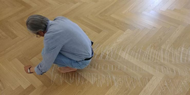 Artist Lee Kun-yong re-eancts his 1979 performance 'Snail's Gallop' during a June 3 press preview of his solo exhibition 'Form of Now' at Pace Seoul in Yongsan-gu, Seoul. Yonhap