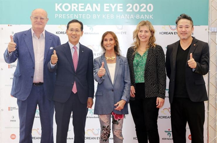KEB Hana Bank CEO Ji Sung-kyoo, second from left, and Parallel Contemporary Art (PCA) Chairman & Founder David Ciclitira pose for a photo with other officials and a Korean artist at the bank's headquarters in downtown Seoul, June 20. Courtesy of KEB Hana Bank