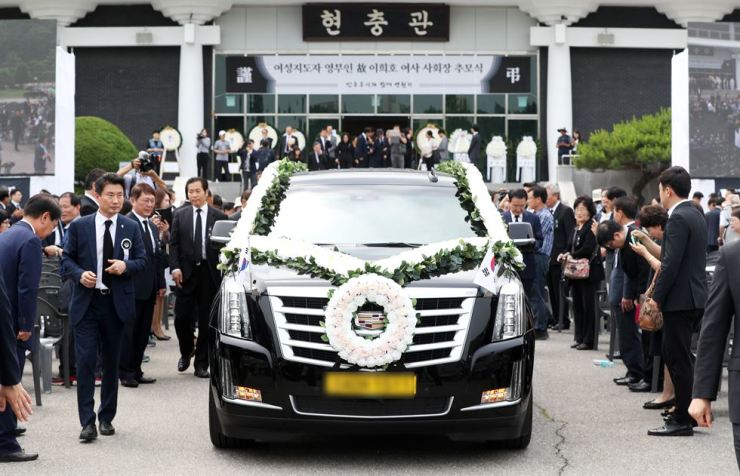 The coffin bearing late former first lady Lee Hee-ho is carried to her burial plot inside the Seoul National Cemetery in the city's Dongjak District, Friday. Yonhap