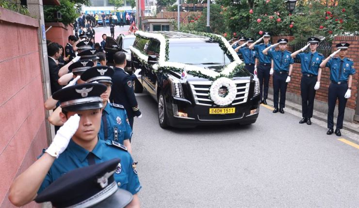The coffin bearing late former first lady Lee Hee-ho is carried from her home in Donggyo-dong in Seoul's Mapo District to the Seoul National Cemetery, Friday. Yonhap