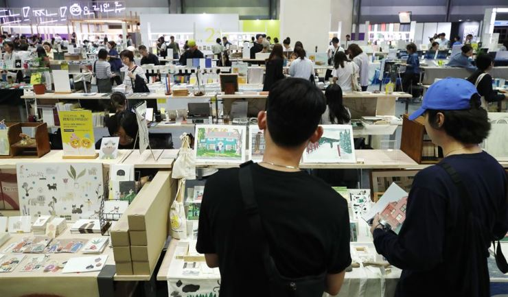 Tens of thousands of books are displayed by participating publishing houses at the annual Seoul International Book Fair that runs through June 23 at COEX, Seoul. Yonhap