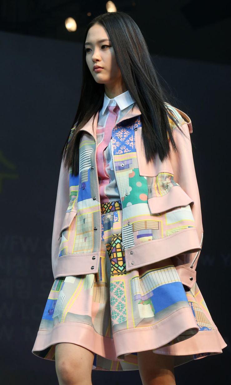 A model walks a runway during 2014 Seoul Fashion Week. / Korea Times file