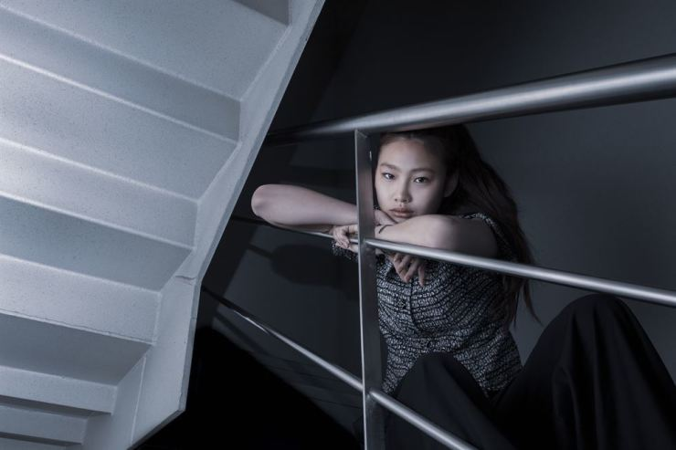 Model Jung Ho-yeon poses on the steps of a building in Seoul on June 11 after an interview with The Korea Times. / Korea Times photo by Shim Hyun-chul