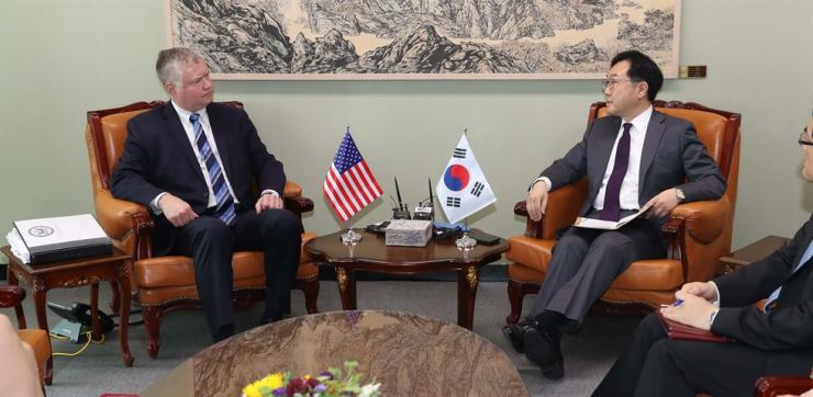 U.S. Special Representative for North Korea Stephen Biegun speaks with his South Korean counterpart Lee Do-hoon, special representative for peace and security affairs on the Korean peninsula, at the headquarters of the Ministry of Foreign Affairs in Seoul, Friday. Yonhap