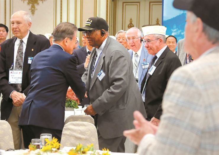 President Moon Jae-in greets Korean War veterans at the start of a luncheon with them and their families at Cheong Wa Dae, Monday, on the eve of the 69th anniversary of the start of the 1950-53 Korean War. Yonhap