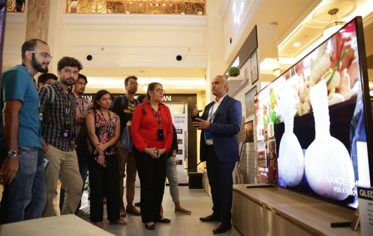 A Samsung Electronics employee introduces the firm's QLED 8K TV to Indian reporters during a media event at a shopping mall in New Delhi, India, Tuesday. 삼성전자의 한 직원이 화요일 인도 뉴델리의 한 쇼핑몰에서 열린 미디어행사 도중 회사의 8K TV를 인도 기자들에게 소개하고 있다. /Courtesy of Samsung Electronics