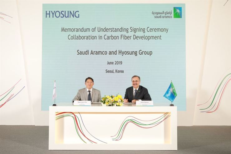 Hyosung Chairman Cho Hyun-joon, left, and Saudi Aramco CEO Amin Nasser pose after signing an MOU over the two companies' cooperation in carbon fibers, advanced engineering materials and electricity during a ceremony at the Conrad Hotel on Yeouido, Seoul, Tuesday. Courtesy of Hyosung