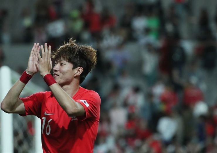 Hwang Ui-jo claps as Korea's friendly football game against Iran is over. Korea and Iran were tied 1-1. / Yonhap