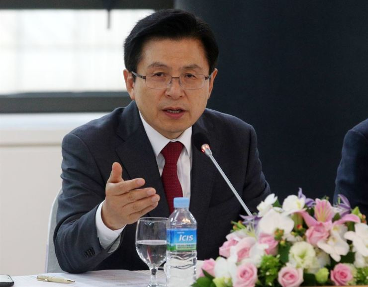 Hwang Kyo-ahn, chairman of the main opposition Liberty Korea Party, speaks during a meeting with local business owners at the Busan Chamber of Commerce and Industry in Busan, Wednesday. Yonhap
