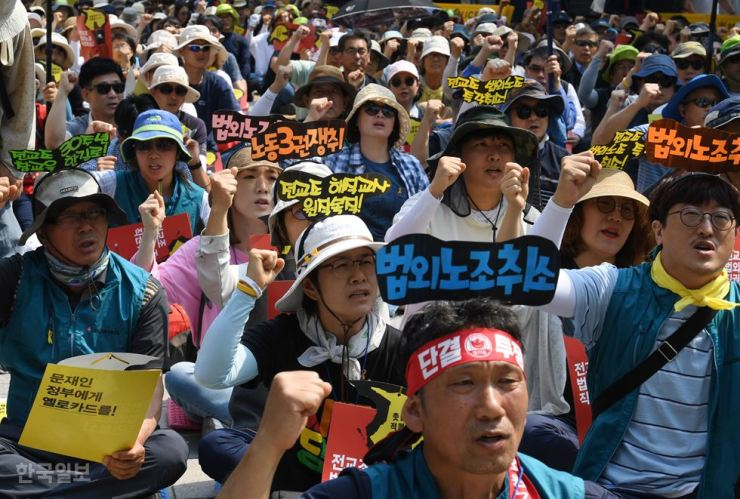 Members of the Korean Teachers and Education Workers Union rally at Gwanghwamun Square, Seoul, Wednesday, calling on the Moon Jae-in administration to restore legal status to the currently outlawed union. / Korea Times photo by Hong In-ki