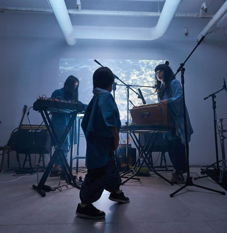 Tengger is a Seoul-based new-age drone psychedelic electronic music band and travelling family. Courtesy of Yongkwon Jo