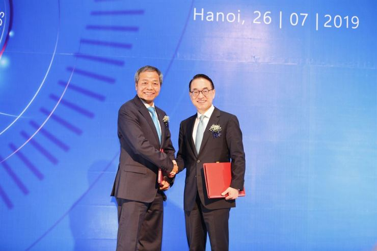 Samsung SDS CEO Hong Won-pyo, right, shakes hands with CMC Chairman and CEO Nguyen Trung Chinh after signing a contract on strategic investment at JW Marriott Hotel in Hanoi, Friday. / Courtesy of Samsung SDS