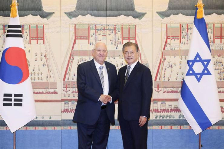 President Moon Jae-in, right, shakes hands with Israeli President Reuven Rivlin at the start of the bilateral summit at Cheong Wa Dae, Monday. Yonhap