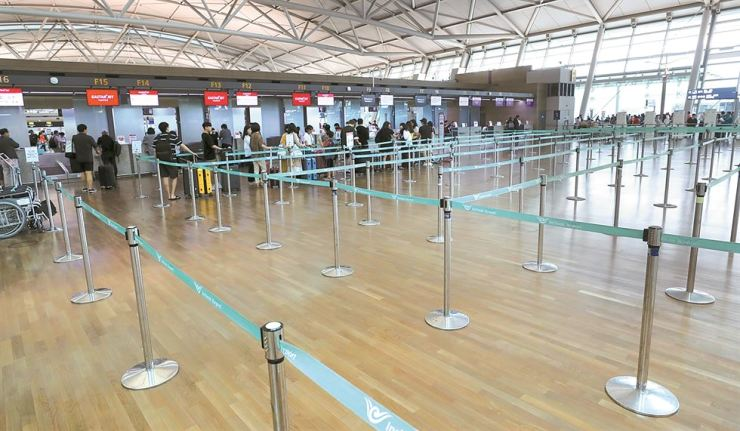 A check-in service area for a flight to Japan is uncrowded at Incheon International Airport, Wednesday. / Yonhap