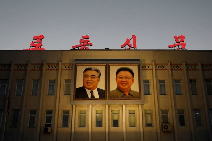 Portraits of late North Korean leaders Kim Il-sung and Kim Jong-il are seen on the facade of a government building in Pyongyang, North Korea, Sep. 10, 2018. Reuters