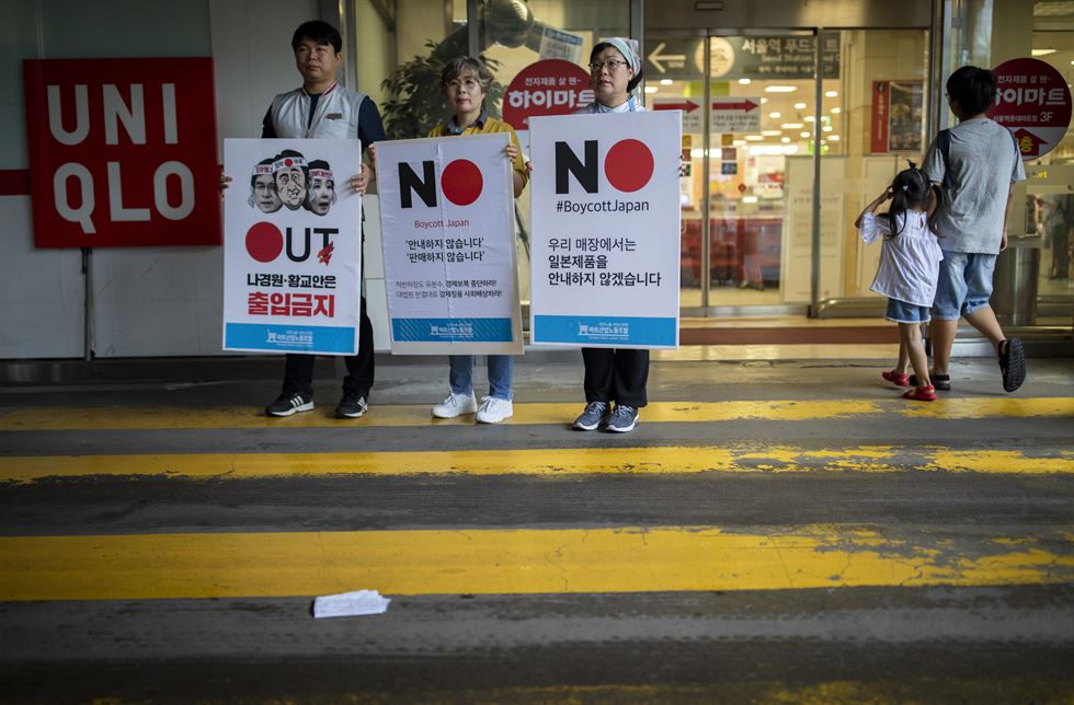 Members of the Korean Mart Labor Union ― under the Korean Federation of Service Workers' Union ― left their workplace, Lotte Mart next to Seoul Station, Wednesday morning, to back the 'Boycott Japan' movement. They said they will not help customers find Japanese products in the supermarket and at other vendors in the Lotte Outlets shopping mall connected to the station. The nationwide movement boycotting Japanese products stems from the intensifying Korea-Japan trade war that started earlier this month. Korea Times photo by Shim Hyun-chul