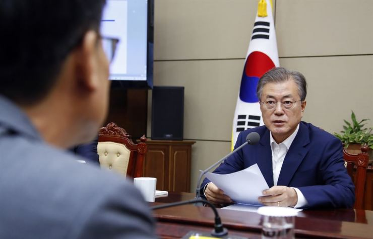 President Moon Jae-in speaks about his government's resolve to deal with the trade dispute with Japan during a meeting with senior aides at Cheong Wa Dae, Monday. Yonhap